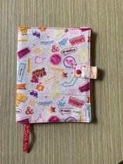 Capa protetora de livros em tecido com estampa de frases