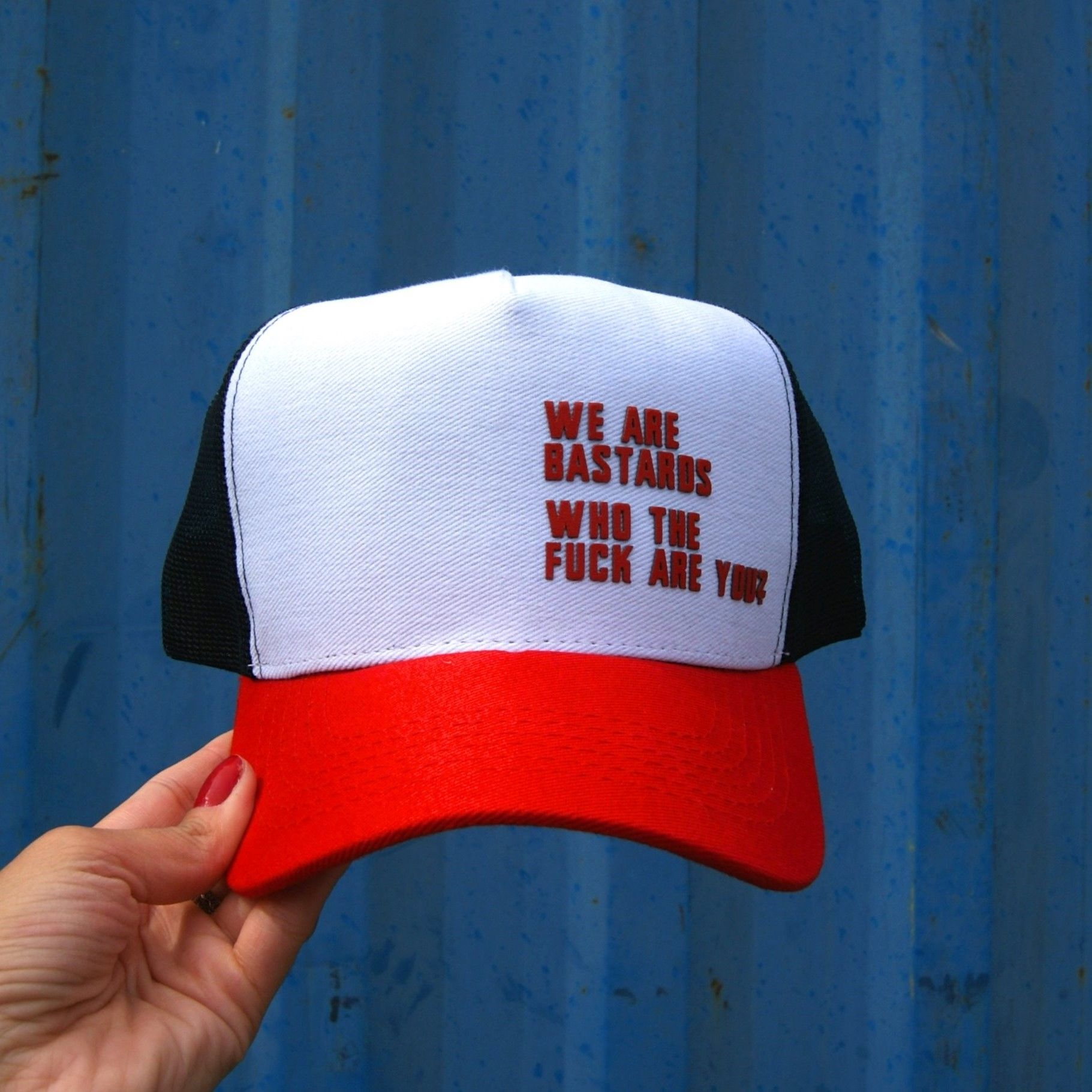 Boné Trucker Branco - Aba Vermelha - We Are Bastards