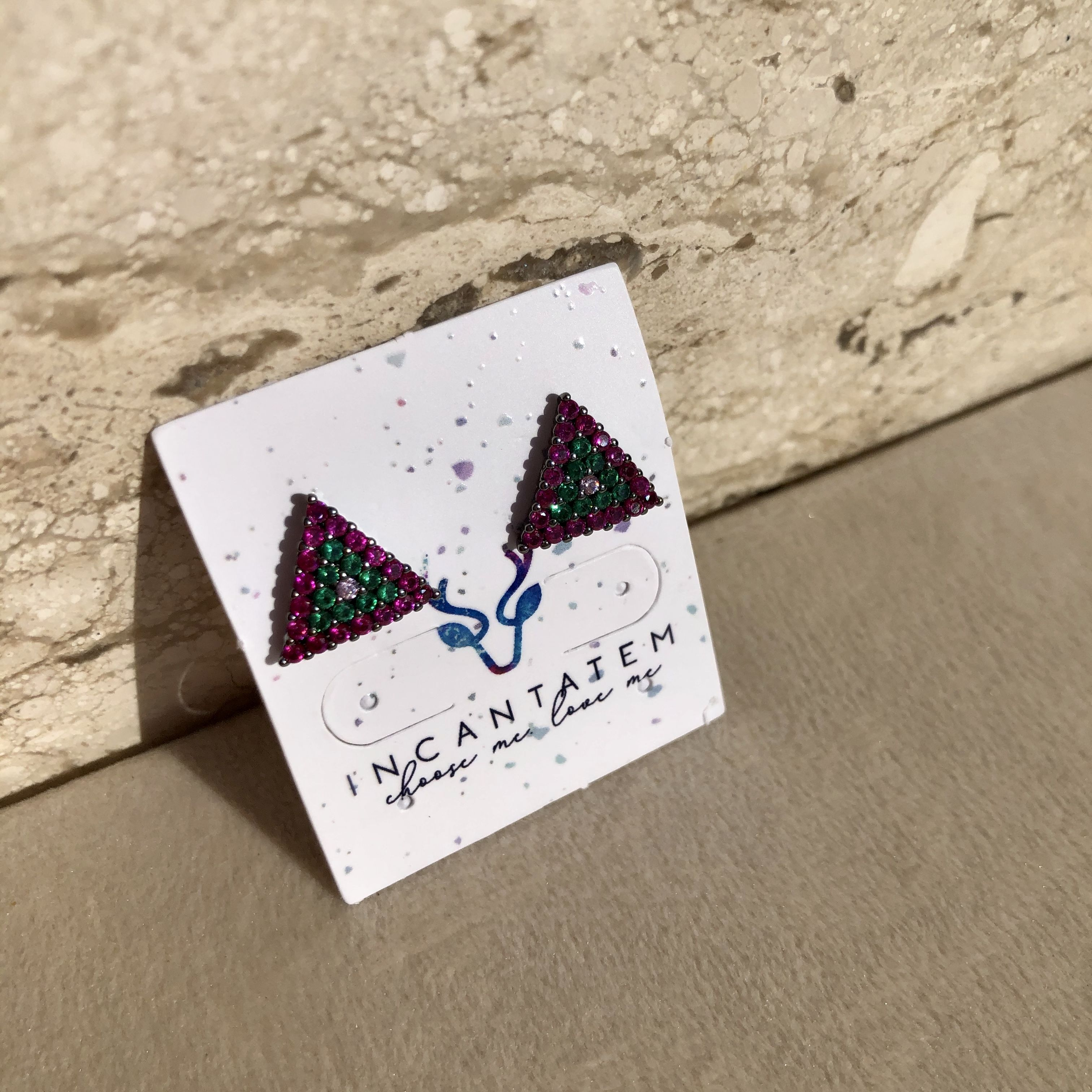 Brinco Triangulo Cravejado Colorido