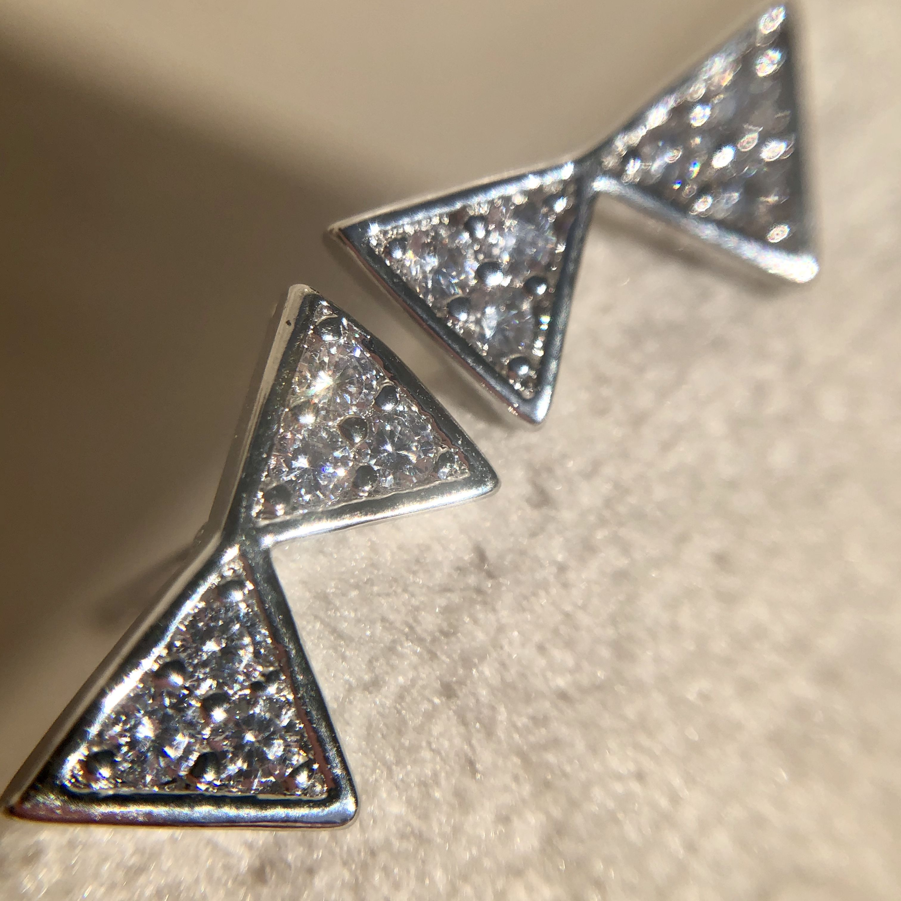 Brinco Dois Triangulos Cravejados