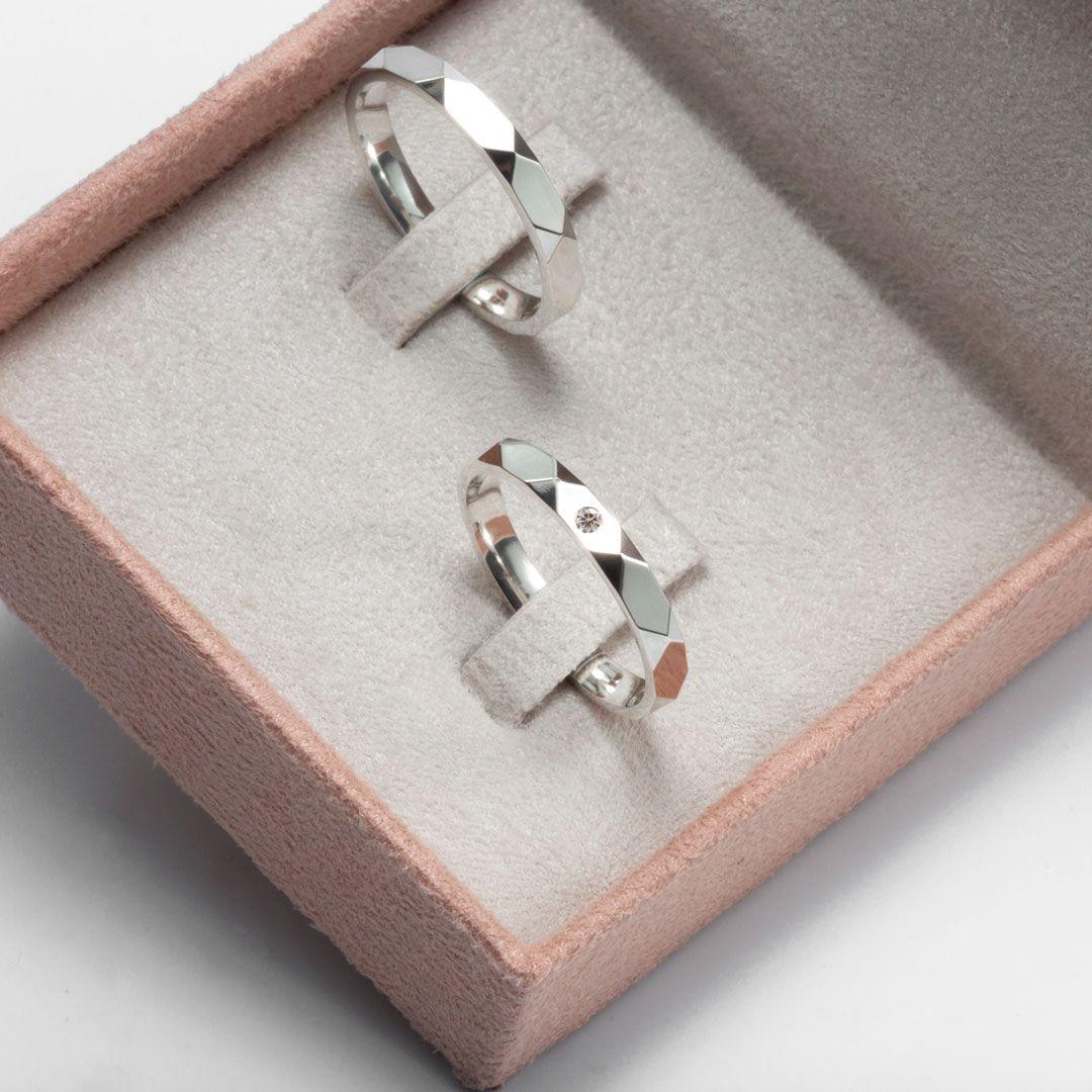 imagem do produto Aliança Facetada de Prata com Pedra