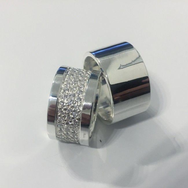 imagem do produto Aliança Grossa, feminina cravejada de diamantes híbridos Cód. 8601