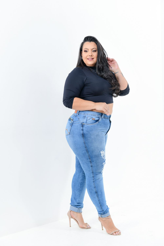 Calça Feminina Jeans Skinny Plus Size Cintura Média Rasgada Detalhe Zíper Bolso Traseiro