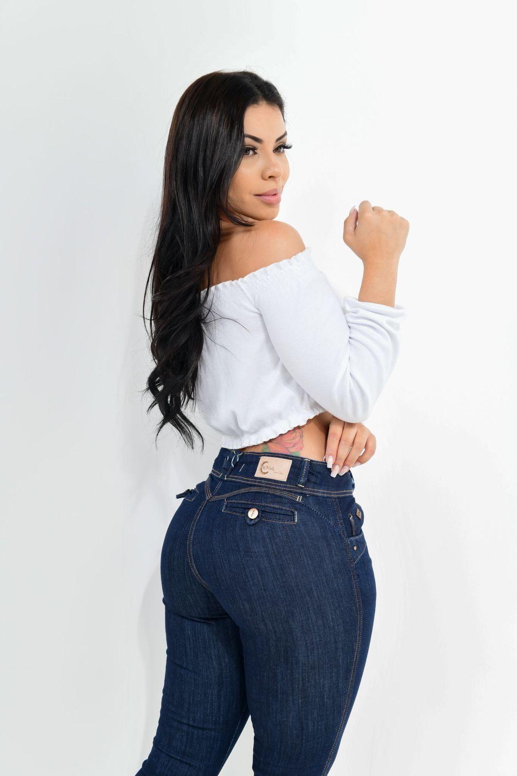 Calça Feminina Jeans Cigarrete  Detalhe Botão Traseiro